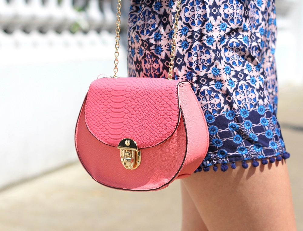 peexo fashion blogger wearing pom pom shorts and mini pink bag