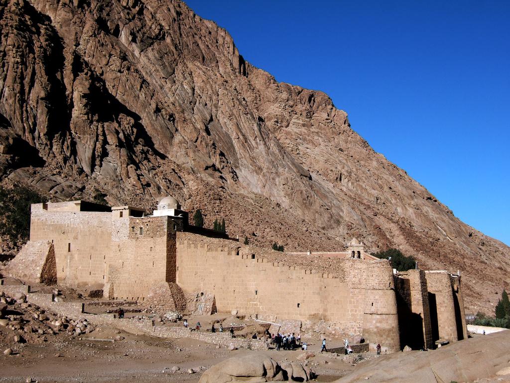 http://4.bp.blogspot.com/-GsBVZk4i2YE/TgJhV0ZiDAI/AAAAAAAAAhM/T4mgeJ_fSWY/s1600/View+from+outside+the+heavily+fortified+walls+of+St.+Catherine%2527s+Monastery.jpg