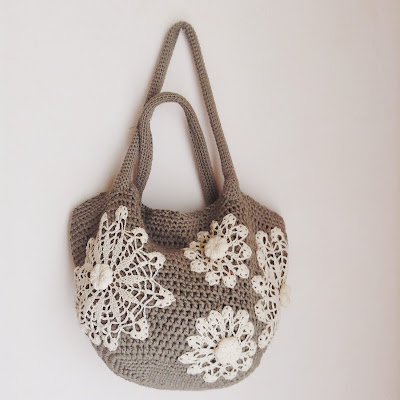 tote bag with doilies and puffy flowers sac crochet avec napperons et fleurs en relief