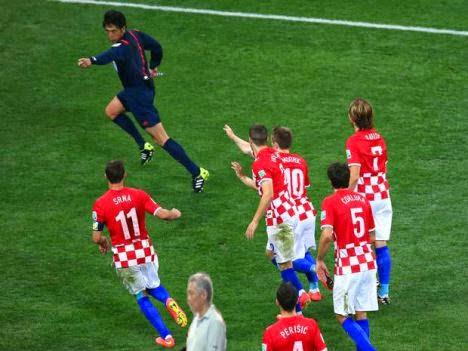 Và ông cũng không bỏ nỡ cơ hội xếp hàng ở World Cup.