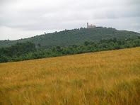 El Santuari de la Guàrdia des de la carretera de Vilanova
