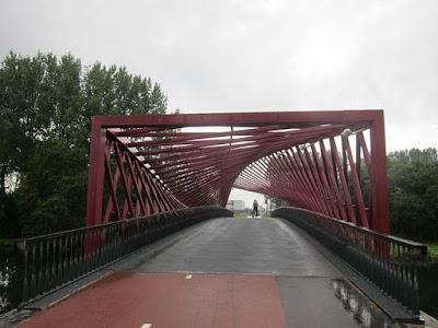 Wow! Jembatan Ini Kelihatan Seperti Berputar | blog.cyber4rt.com