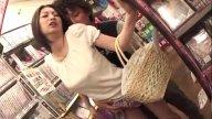 แม่บ้านญี่ปุ่นโดนหนุ่มหื่นจับอึ๊บในร้านขายหนังสือ แอบมีsexจนเสร็จไป1น้ำ