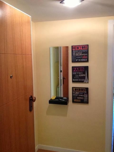 Un mueble minimalista y pr ctico para el recibidor con - Espejos recibidor ikea ...