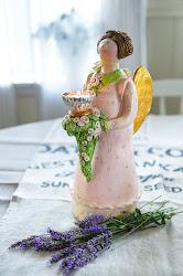Stor engel med plass til telys/tynt kronelys