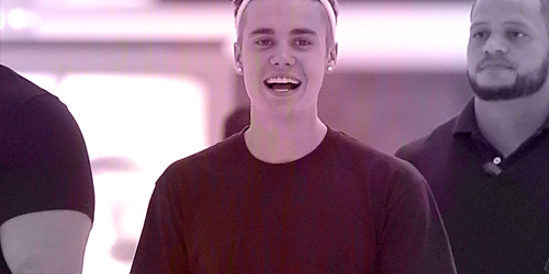 http://justinbieber-gallery.blogspot.com/2014/10/candid-30.html