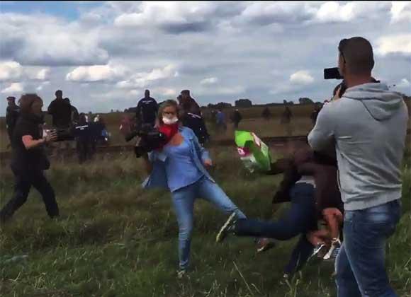 Periodista patea a inmigrantes sirios durante manifestación en Hungría