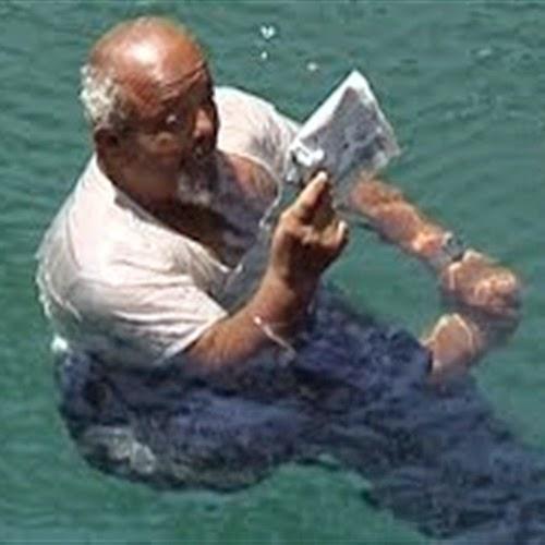 يمني جسمه غير قابل للغرق و السبب