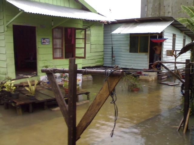 menatapi banjir