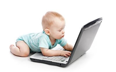 Bebé con su laptop