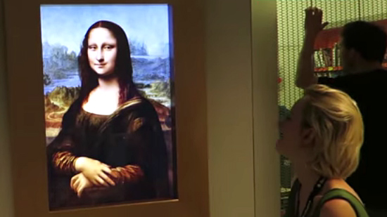 Living Mona lisa watches people