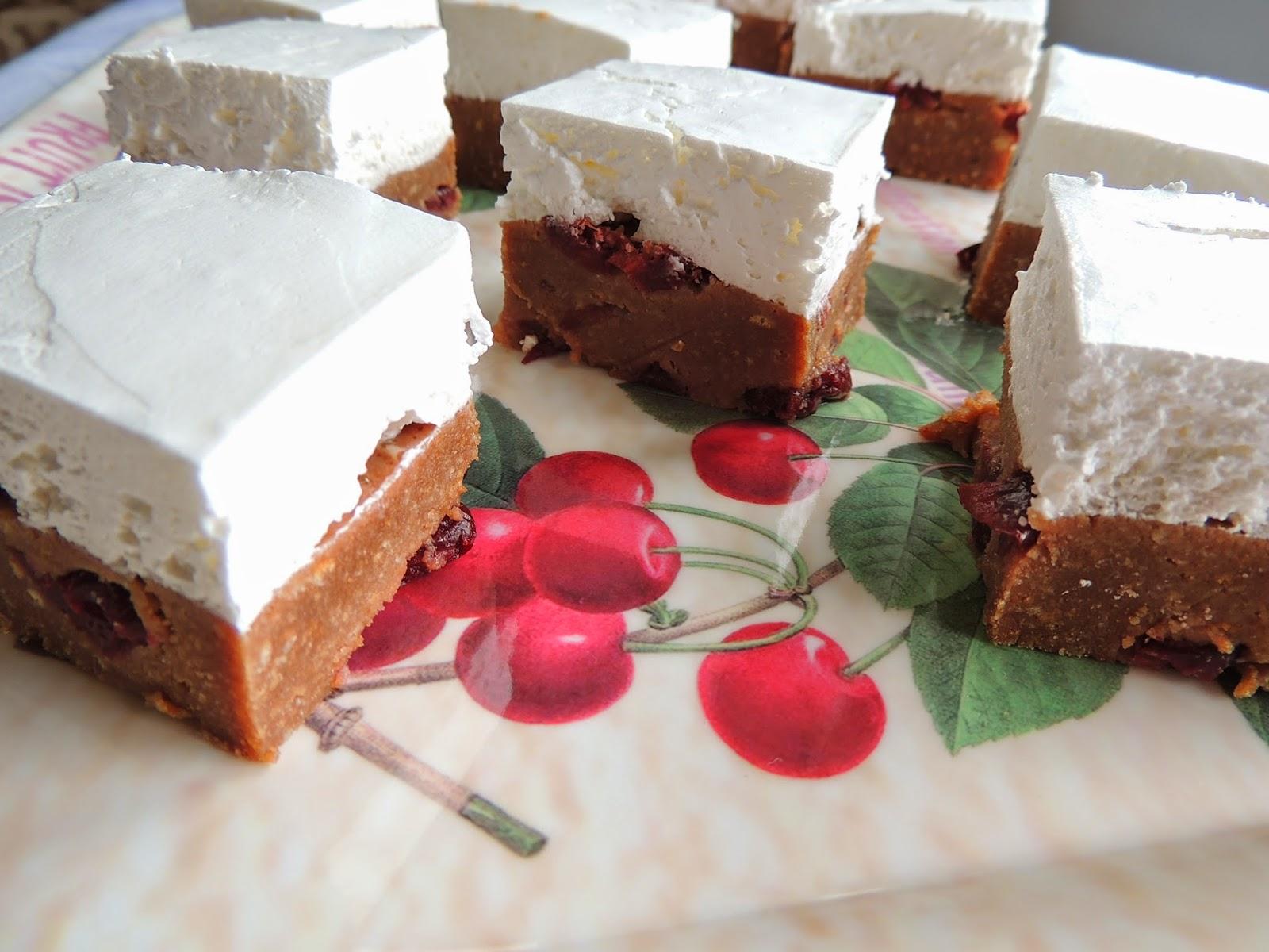 Jednostavan kolac sa visnjama i mlevenim keksom