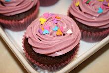 Chokoladecupcakes m. hindbær-/blåbærcreme