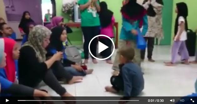 Nad Zainal Tak Layan Anak Yatim, Terkangkang Sibuk Main HP?
