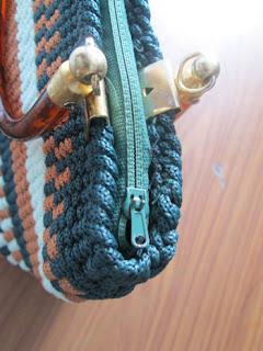 Handbag_with_small_zipper_handle