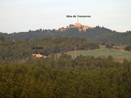La masia de Cal Conill del terme de Navàs i el Mas de Tresserres del terme de Cardona, vists des de l'Obaga de Malagarriga