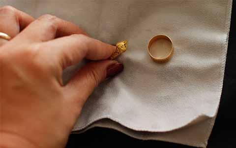 INILAH Tips Mudah dan Sederhana Mengembalikan Warna Emas Yang Mulai Kusam!