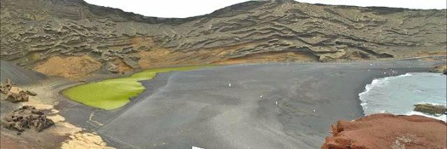Playa de arena negra de El Golfo en Lanzarote (Islas Canarias)