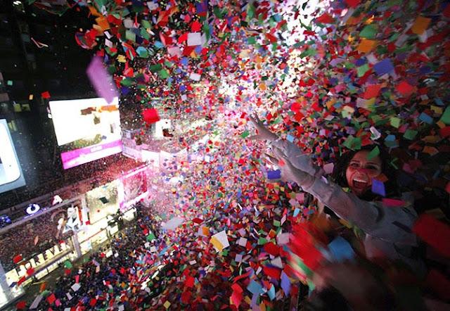 Конфетти во время празднования Нового года на Таймс-сквер в Нью-Йорке.