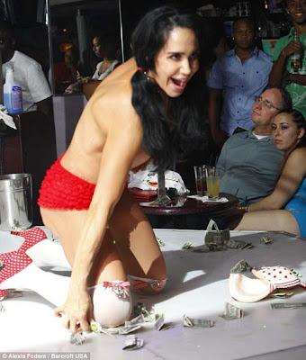 ... tanda tangan. Berikut ini Foto Nadya Suleman Jadi Penari Striptis