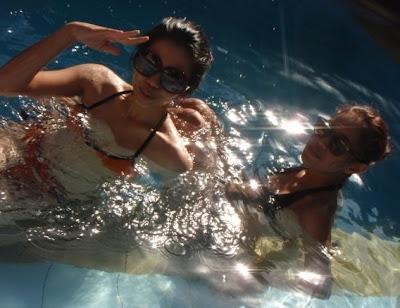 Dua cewek berbikini di kolam renang