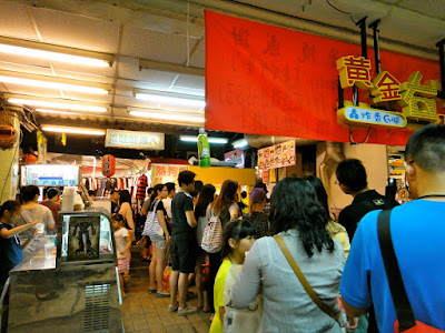 Queue for egg roll at Raohe Night Market Taipei