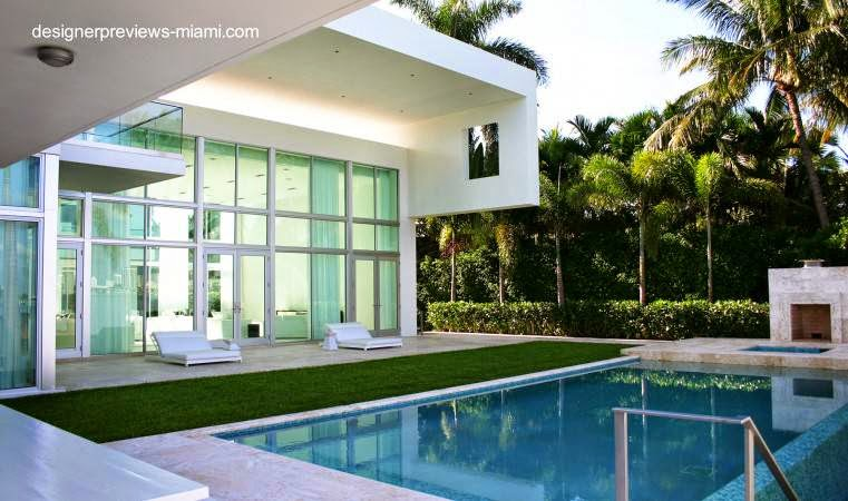 Casa residencial contemporánea vista del fondo y piscina en Miami