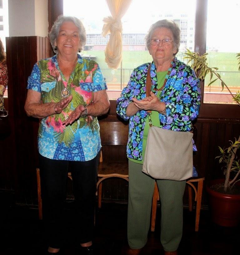 Ao lado da amiga, dona Alicia de Jesus Teixeira (à esquerda) aproveitou a oportunidade para se divertir