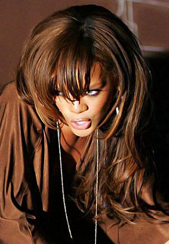 Rihanna bombeli sa. modeli ve Rihanna katlı kumral saç kesimi
