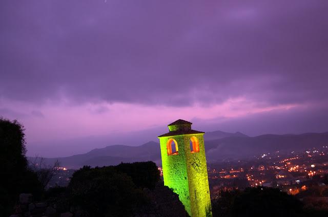 Башня подсвечена разными цветами