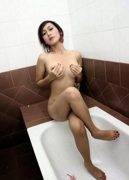 Foto Hot Bugil Si Ayam Kampus Montok Banget Pose Di Kamar Mandi