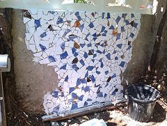 Mosaico en una pared del jard n c mo hacerlo recicoraci n for Mosaicos para patios precios