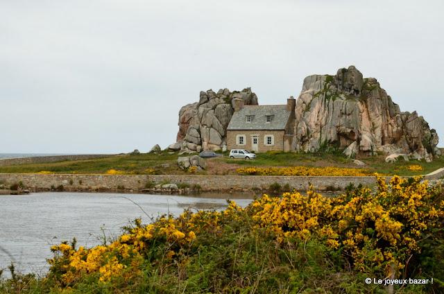 Bretagne - Plougrescant - maison entre les rochers