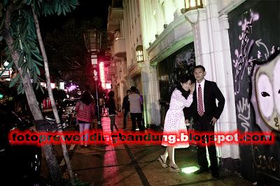 foto prewedding bandung malam hari di Braga