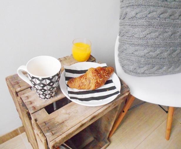 Caja de madera come mesa para desayuno