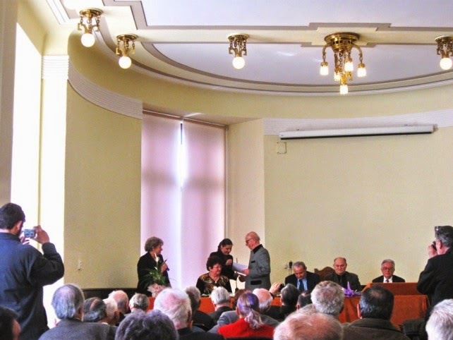 Cluj-Napoca, 22 aprilie 2010, BCU - Oferind diploma de excelență prof. univ. dr. Teodor Tanco.