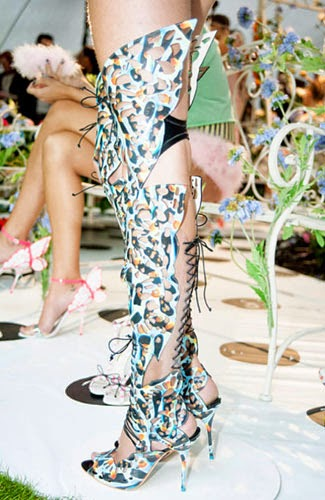 Sepatu gladiator yang cukup unik ini ada dalam show Sophia Webster. Bagian  depannya tampak terinspiasi dari bentuk dan motif kupu-kupu 7b5985844f