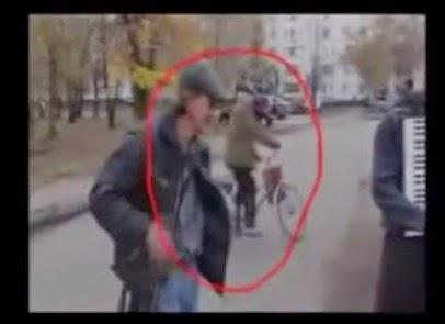 viejo aparece de improviso  con su bicicleta en rusia