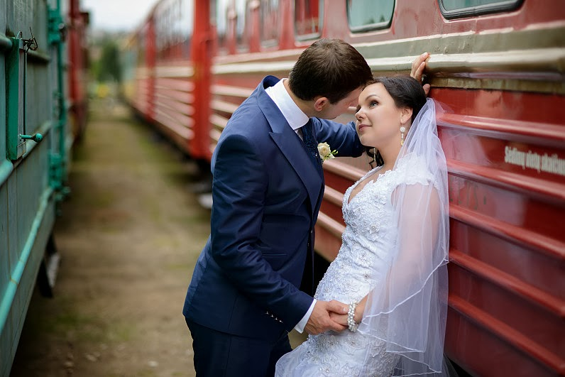 romantiška vestuvių fotosesija prie traukinių