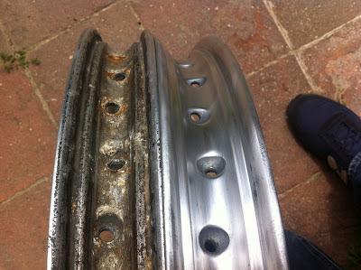 Comparación del interior de dos llantas de aluminio de Montesa Impala