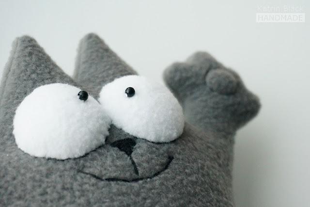 Мягкая игрушка - кот Саймона.