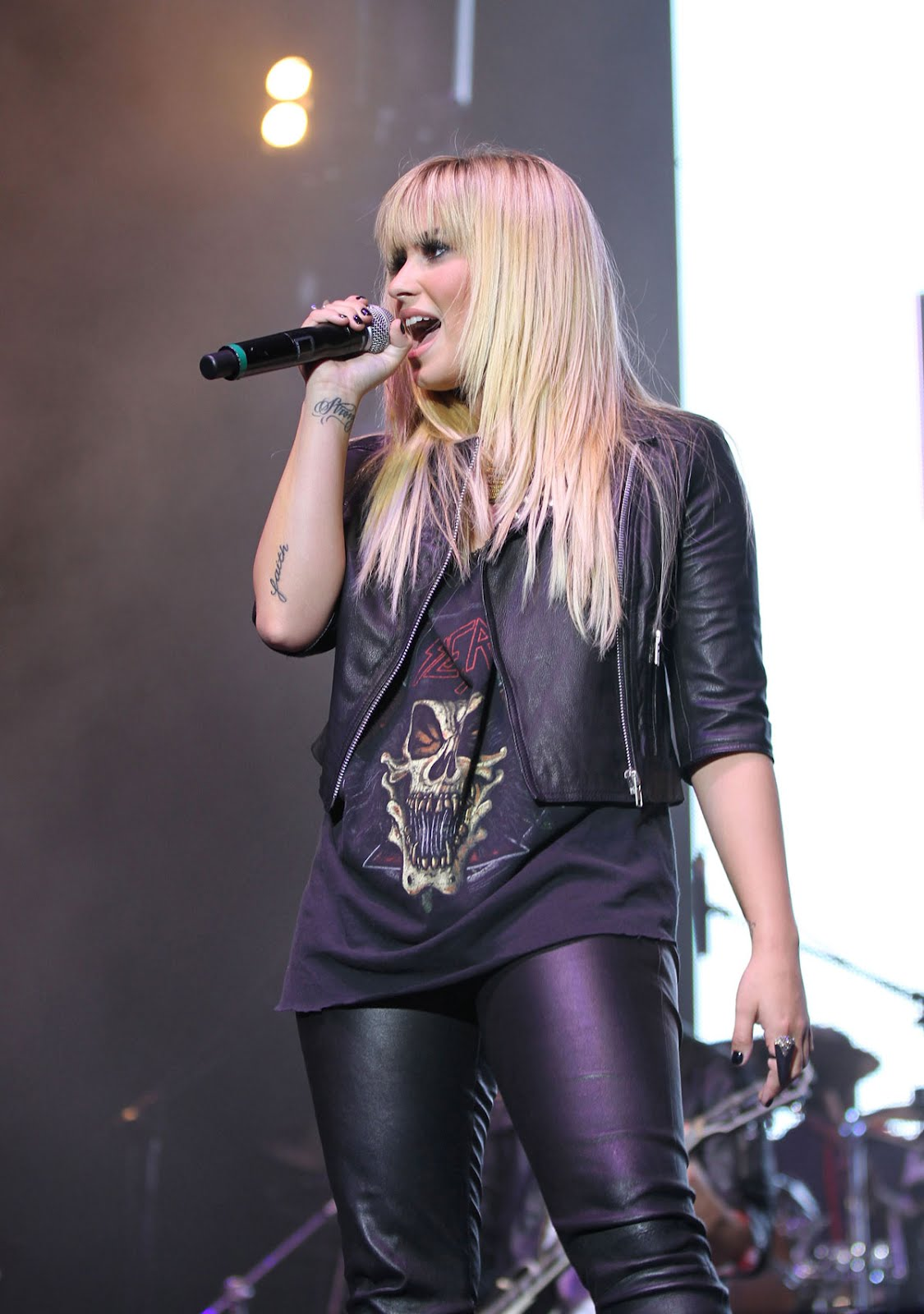 http://4.bp.blogspot.com/-H1DZ1Fclu54/UG2buno-d9I/AAAAAAAADSs/6giDau2FcUk/s1600/DEMI-LOVATO-in-Leather-Pants-Performing-at-2012-Z-Festival-in-Sao-Paulo-9.jpg