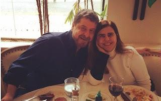 O cupido parece ter flechado o coraçãozinho de Flávio Galvão. O ator de 66 anos está namorando a atriz Mayara Magri. Aqui uma curiosidade: quase trinta anos depois de contracenarem na novela Sabor de Mel, os dois acabaram se reencontrando, e a história acabou em romance. Em entrevista à colunista Patrícia Kogut, do jornal O Globo, o ator falou sobre a relação.