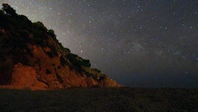 Un cel estrellat i el reflex de la lluna