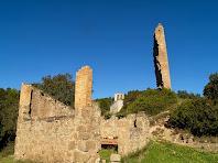Imatge de Merola amb les restes d'un cobert, la Torre de Merola i l'església de Santa Maria