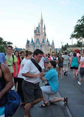 fotógrafo hace fotobomba a una proposición de matrimonio en disney