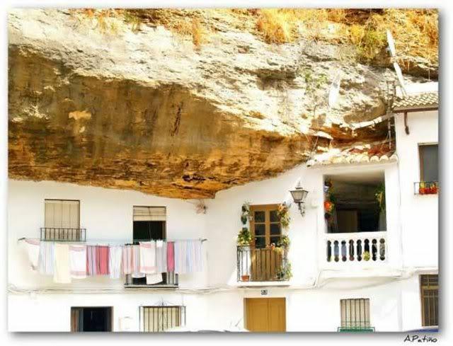 Jika Anda pernah mengunjungi formasi batu dan gua-gua di Cappadochia di Turki, Anda akan menghargai kota ini sangat unik putih. Its jalanan yang curam dan terbentuk dari batu gantung. Banyak rumah-rumah modern menempati gua-gua alam, yang mungkin telah menjadi tempat perlindungan orang pra-sejarah. Rumah dua lantai memiliki batu alami untuk atap dan satu atau dua dinding.Kunjungi Calle Herreria, jalan tertua di kota, kota yang mengarah ke sungai. situs menarik lainnya adalah menara Arab dan tadah. Hanya berjalan-jalan keliling kota indah, sebagai daerah yang paling menawarkan pemandangan indah dari rumah seperti gua dan sekitarnya. Orang-orang desa ini ramah, dari semua kunjungan saya di Spanyol. Kota ini juga bernilai menginap untuk mendapatkan merasakan sebuah desa Spanyol.