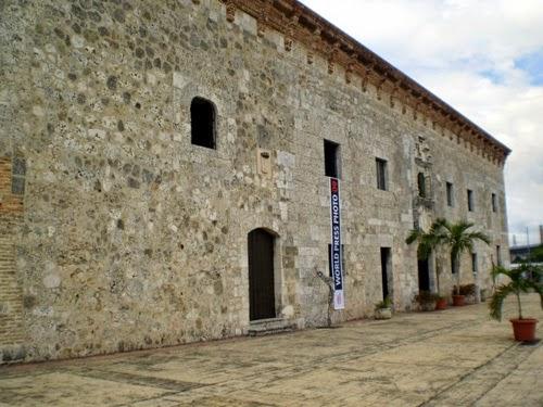 """""""El Museo de las Casas Reales, en Santo Domingo, es un conjunto de edificaciones que data de la época colonial, fue construido por los españoles para establecer el Palacio de los Gobernadores Generales (Capitanía General) y el Palacio de la Real Audiencia""""Foto tomada de: http://www.absolutrepublicadominicana.com/zona-colonial-el-museo-de-las-casas-reales.html"""