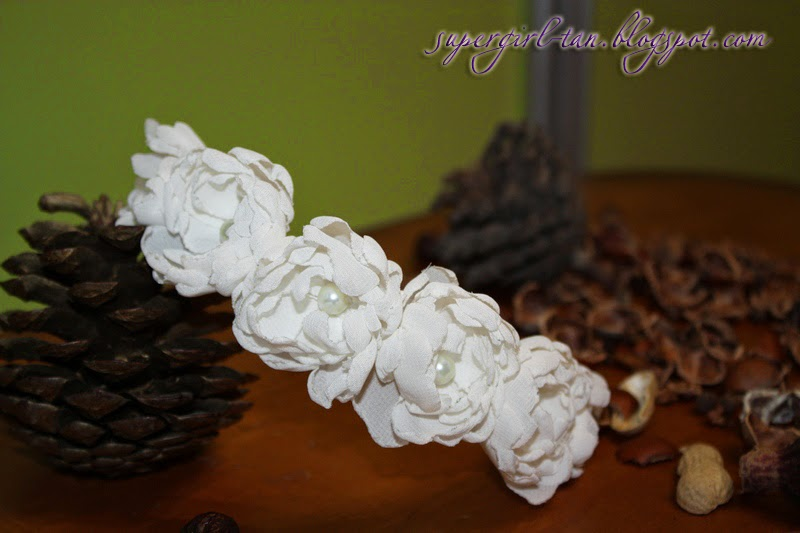 веночек с цветами из ткани молочный