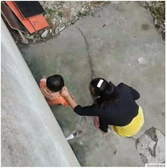 VIDEO Ibu Sepak Dan Pijak Anak Sendiri Dengan Kejam